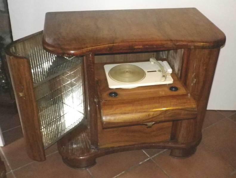 Oggetti vintage mobili radio giradischi comodini specchiere for Mobili firmati